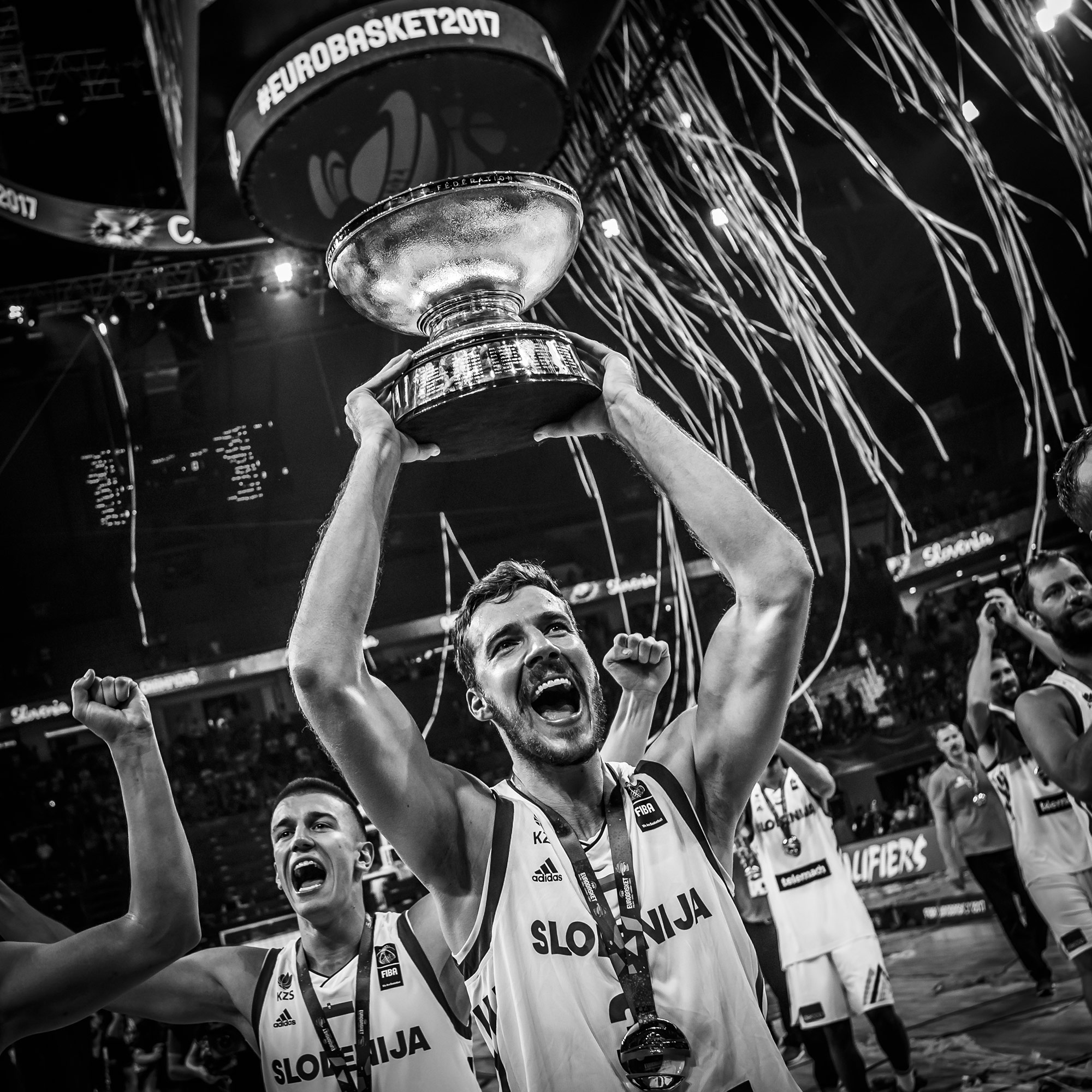 Goran Dragic presents the trophy to the Slovenian fans